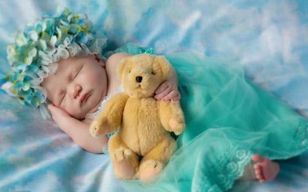 عکس خواب شیرین دختربچه ناز کنار عروسک خرس تدی