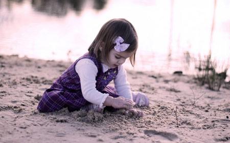 دختربچه بازی کنار ساحل